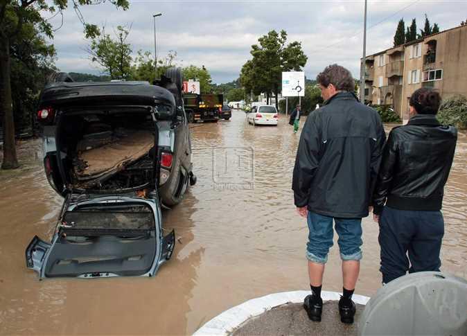 أحد شوارع مدينة دراجوينا الفرنسية يغرق من جراء الفيضانات ، 16 يونيو 2010 , حيث اجتاحت الفيضانات الناجمة عن هطول أمطار غزيرة لما يقرب من 12 ساعة جنوب فرنسا و تسببت في قتل نحو 20 شخصا و قطع التيار الكهربائي عن 200منزل . - صورة أرشيفية