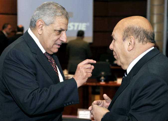 المهندس إبراهيم محلب، رئيس مجلس الوزراء، مع اللواء عادل لبيب، وزير التنمية المحلية. 15 يناير 2015.