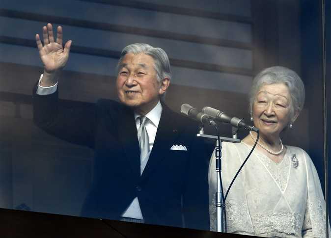 أمبراطور اليابان اكيهيتو، والأمبراطورة ميتشيكو، يشاركان المهنئين الذين تجمعوا في القصر الإمبراطوري للاحتفال بعيد ميلاده الـ 83، في طوكيو، اليابان، 23 ديسمبر، 2016. - صورة أرشيفية