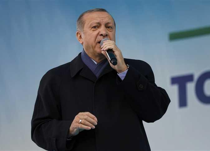 الرئيس التركي رجب طيب أردوغان يلقي خطاباً أمام أنصاره في مدينة ريزي لدعم الاستفتاء القادم، 3 أبريل 2017. - صورة أرشيفية