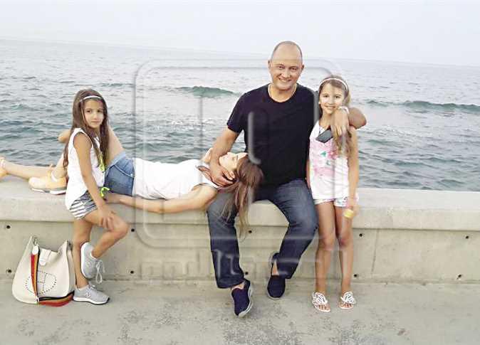 نانسى عجرم مع زوجها وابنتيهما - صورة أرشيفية