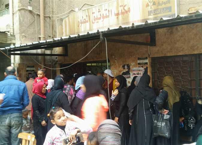 توافد المواطنين أمام مكتب توثيق الشهر العقاري بالسيدة زينب