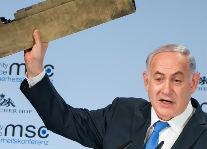 رئيس الوزراء الإسرائيلي بنيامين نتنياهو يرفع جزء من حطام طائرة إيرانية بدون طيار حلقت لمدة 30 دقيقة فوق إسرائيل، وتم إسقاطها بصاروخ - صورة أرشيفية