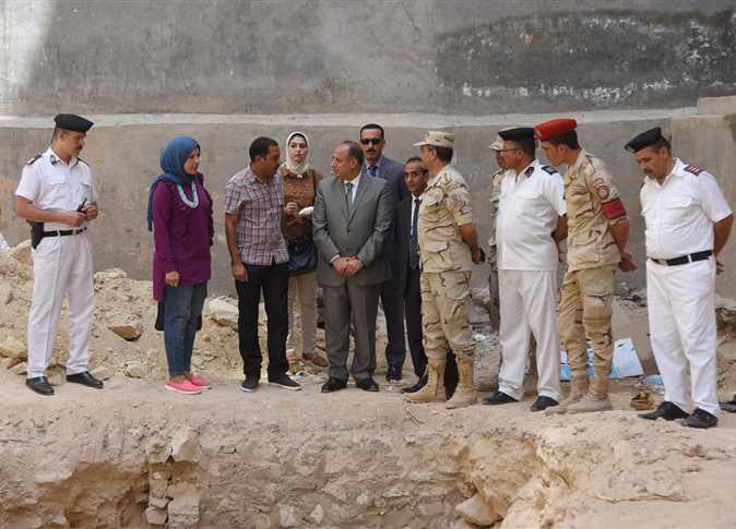محافظ الإسكندرية يتفقد أكبر تابوت أثري يعود للعصر البطلمي