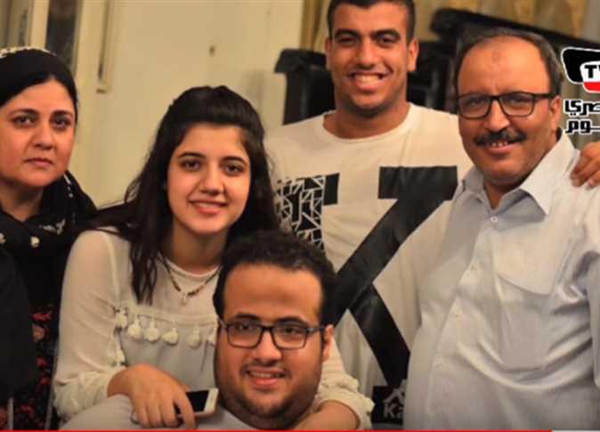 عمرو مسعد بطل ألعاب القوى مع أسرته