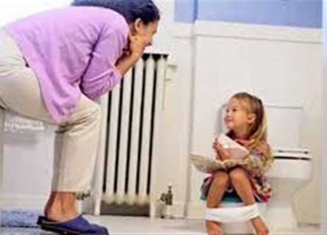 للأمهات الجدد.. 5 خطوات لتعليم طفلك دخول الحمام تعرفي عليها