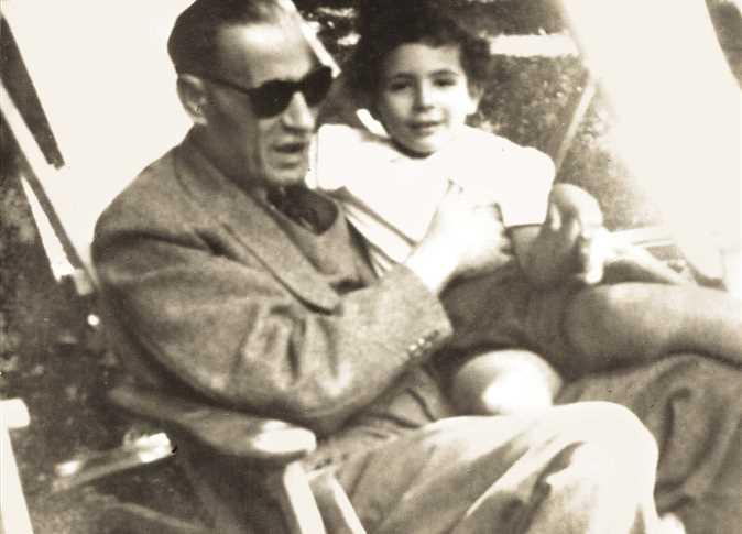 طه حسين يحمل حفيدته سوسن