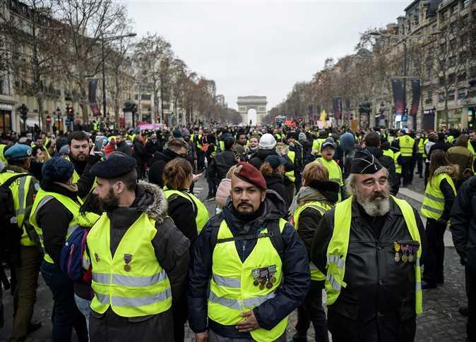 اعتقال قوات الأمن للمتظاهرين أصحاب « السترات الصفراء » المحتجين على ارتفاع أسعار الوقود فى العاصمة الفرنسية باريس - صورة أرشيفية