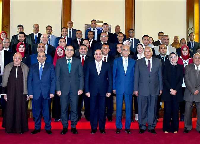 السيسي يجتمع مع محافظ الوادي الجديد وعدد من القيادات التنفيذية والشعبية بالمحافظة