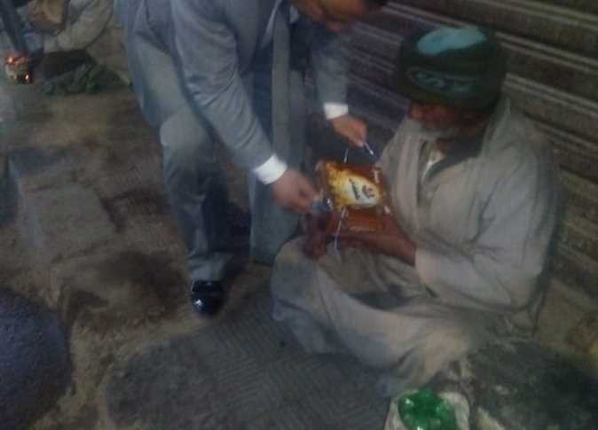 وكيل تضامن المنيا يقدم وجبات وبطاطين للمشردين في الشوارع (صور)