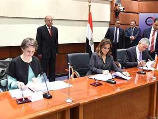 رئيس الوزراء يشهد توقيع اتفاقية بين وزارة الاستثمار ومسؤولون فرنسيون، 27 مارس 2017.