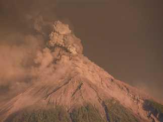 إجلاء آلاف السكان نتيجة ثوران بركان فويجو في جواتيمالا