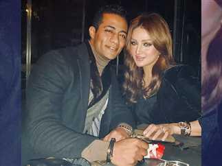 نشر الفنان محمد رمضان، صورة جديدة مع زوجته.