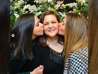 نشرت دنيا سمير غانم صورة تجمعها بوالدتها دلال عبد العزيز وشقيقتها إيمي سمير غانم