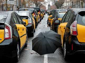 احتجاج سائقي التاكسي في برشلونة ضد «أوبر»