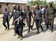 مجموعة من رجال القبائل المسلحين يمشطون منطقة في شمال شرق نيجيريان في إطار دعمهم للجيش النيجيري في حربه ضد حركة بوكو حرام، 17-2-2015 - صورة أرشيفية