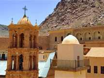 آلاف السياح يحتفلون بمولد القديسة كاترينا بسانت كاترين.. والرهبان يحملون جسدها ويطوفون الدير
