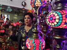 الفنانة رجاء الجداوي تتفقد أحد أجنحة المعرض