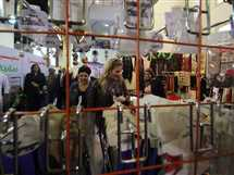 الفنانتان يسرا ورجاء الجداوي خلال زياتهما للمعرض