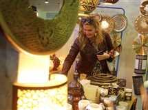 الفنانة يسرا تزور معرض «ديارنا» للتراث اليدوي، الذي أقيم بأرض المعارض في مدينة نصر.