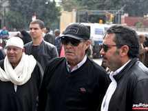 الفنان فاروق الفيشاوى، والفنان كمال أبو راية، يحضران إلى مسجد السيدة نفيسة للمشاركة في الجنازة