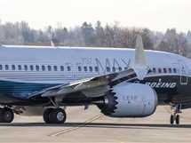 موظفو شركة بوينج يجهزون أحدث طائرات الشركة «ماكس 7» استعدادًا لأول رحلة لها انطلاقًا من مطار في واشنطن