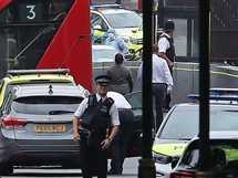 أصيب عدد من المارة أمام البرلمان البريطانى، عندما صدمت سيارة الحواجز، وقام عناصر الشرطة في المكان بتوقيف السائق.