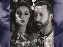 نشر الفنان أحمد فهمى، صورة جديدة مع زوجته.