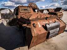 """سيارة مصفحة """"لاند كروزر"""" في معرض الأسلحة التي تم حجزها من المسلحين في سوريا"""