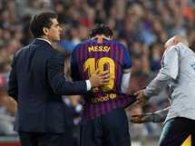 إصابة ميسي خلال مباراة فريقه برشلونة أمام إشبيلية في الدوري الإسباني