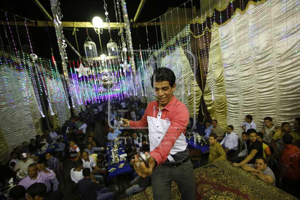 أجواء أحد الأفراح الشعبية التي عمل بها «النبطشي» كرم خليفة