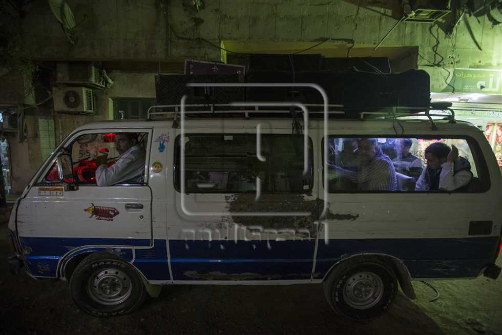 يركب الـ«نبطشي» مع الفرقة في سيارة ميكروباص خلال الذهاب للأفراح والعودة منها